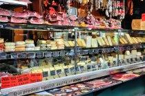Uliczny stragan z włoskimi serami