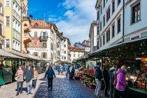 Uliczny targ w Bolzano