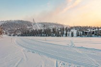 Widok na Rukę i skocznię narciarską z jeziora