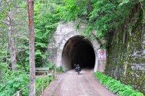 Wjazd do tunelu na kolejowej drodze rowerowej