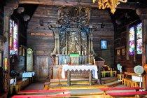 Wnętrze drewnianej kaplicy w Spale
