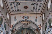 Wnętrze kościoła katolickiego w Watrze Dornie