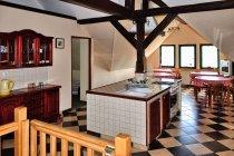 Wnętrze leśniczówki - kuchnia i salon