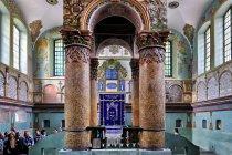 Wnętrze leżajskiej synagogi
