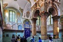 Wnętrze synagogi w Leżajsku