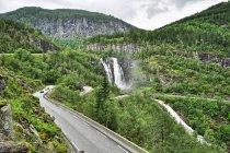 Wodospad Skjervsfossen i serpentyny do niego prowadzące
