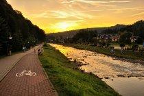 Zachód Słońca nad potokiem Grajcarek w Szczawnicy