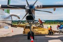 Załadunek roweru do samolotu Air Baltic