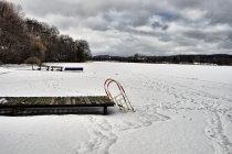 Zamarznięty pomost w Chmielnie