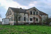 Zaniedbany dom w Leszkowych
