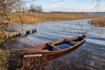 Zatopiona łódź rybacka na jeziorze Wigry