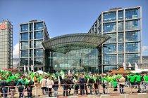 Zbiórka kibiców VfL Wolfsburg pod głównym dworcem w Berlinie
