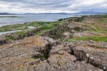Zetknięcie płyt tektonicznych w Thingvellir: euroazjatyckiej i amerykańskiej (po prawej)