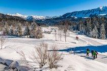 Zimowi turyści w Alpach