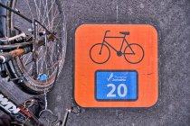 Znak szlaku rowerowego na asfalcie