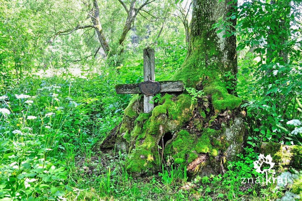 Krzyż na cmentarzu w Łupkowie