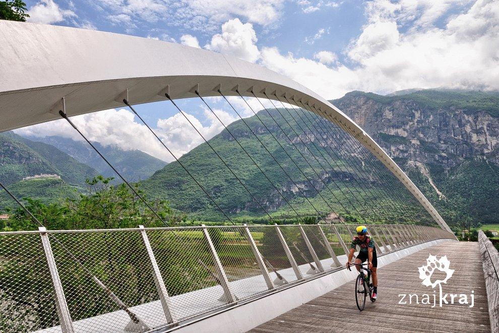 Efektowny most rowerowy nad Adygą