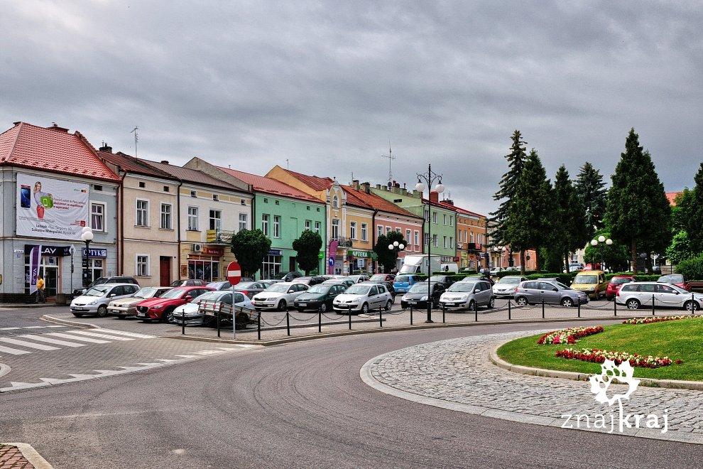 Samochody na rynku w Leżajsku