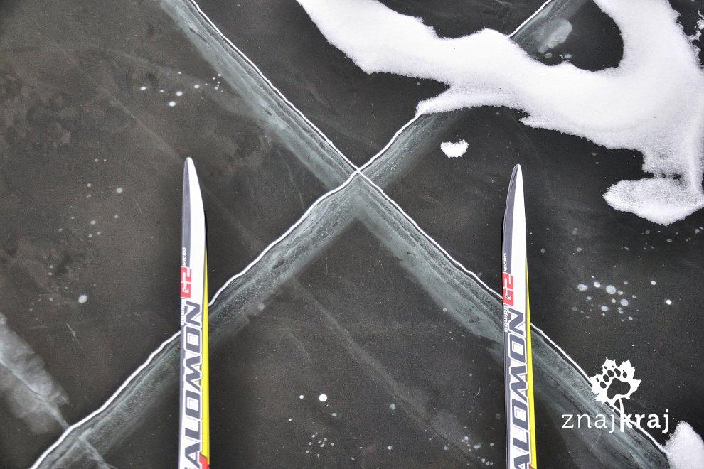 Pęknięcia lodu na jeziorze