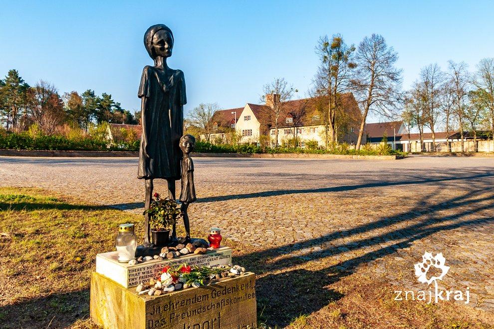 Rzeźba pod pomnikiem w Ravensbrück
