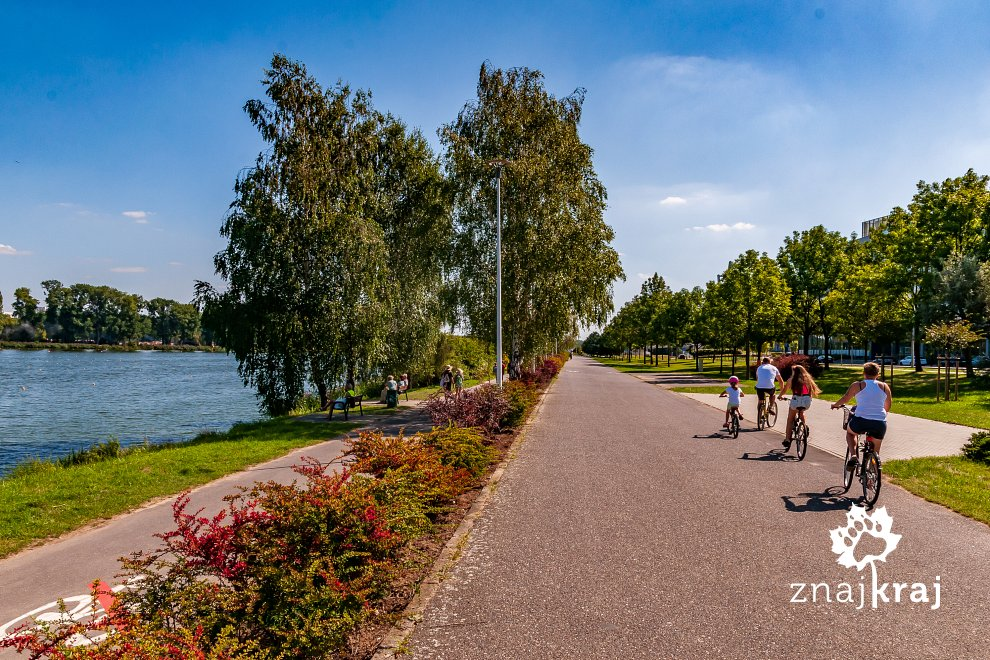 rowerowa-rodzina-nad-jeziorem-maltanskim