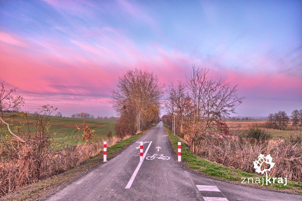 rozowe-chmury-nad-szlakiem-rowerowym-pom