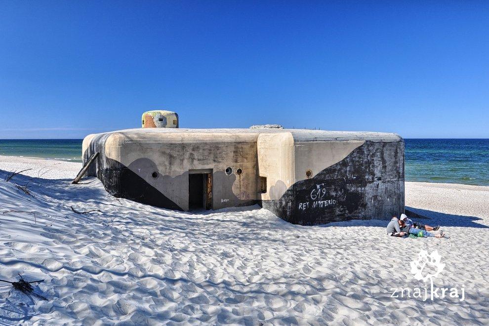 Schron Sęp na plaży nad Morzem Bałtyckim