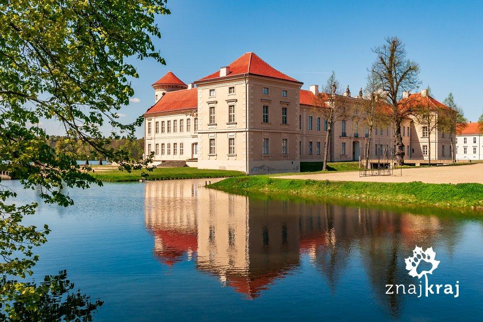 widok-znad-fosy-na-zamek-rheinsberg-bran