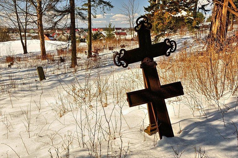 Krzyże na starym cmentarzu w Szymbarku
