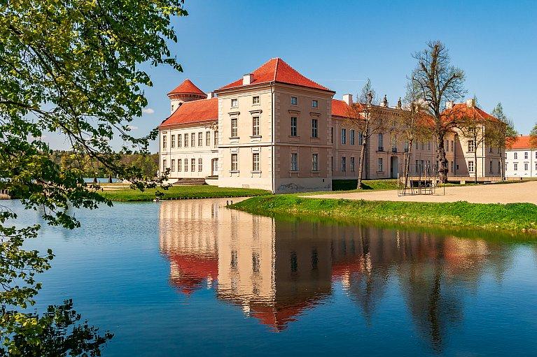 Widok znad fosy na zamek Rheinsberg