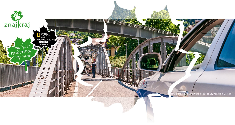 Ciężarówka zablokowała most nad rzeką