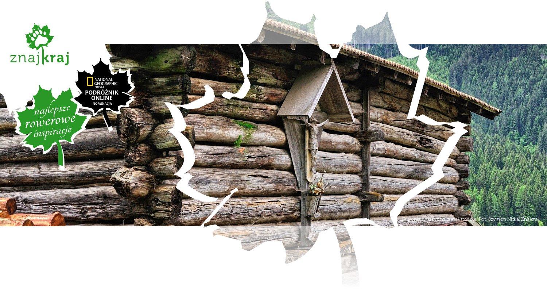 Drewniany krzyż na starej stodole