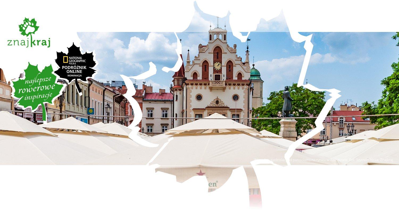 Wygodne siedziska pod parasolami na rynku w Rzeszowie