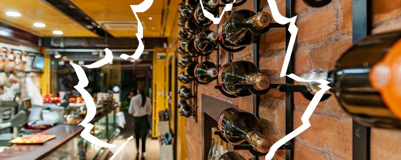 Wino jako dekoracja restauracji w Parmie
