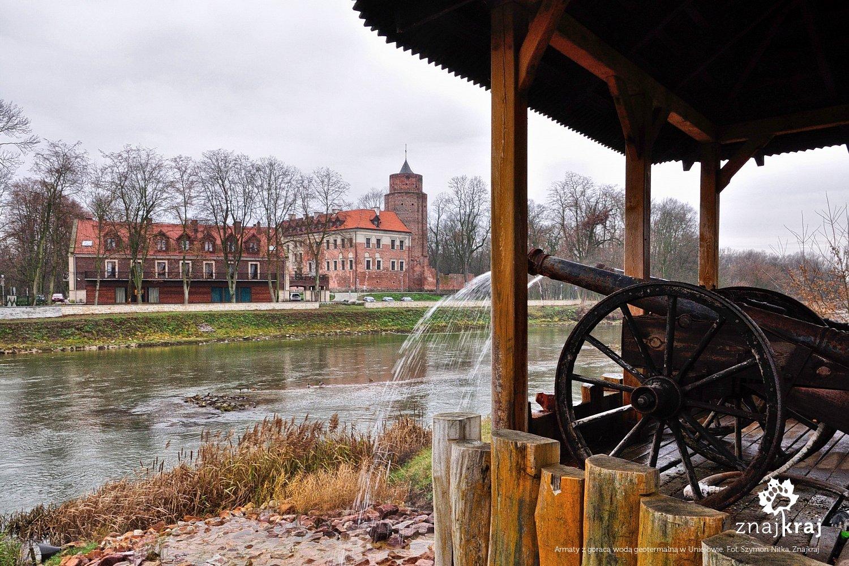 Armaty naprzeciw zamku w Uniejowie