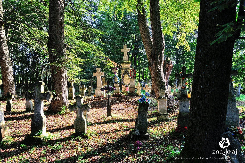 Cmentarz na wzgórzu w Radrużu