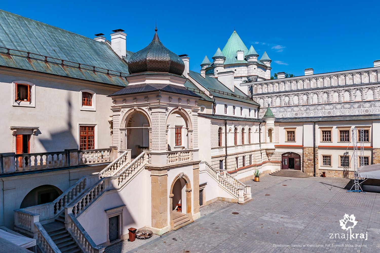 Na dziedzińcu zamku w Krasiczynie