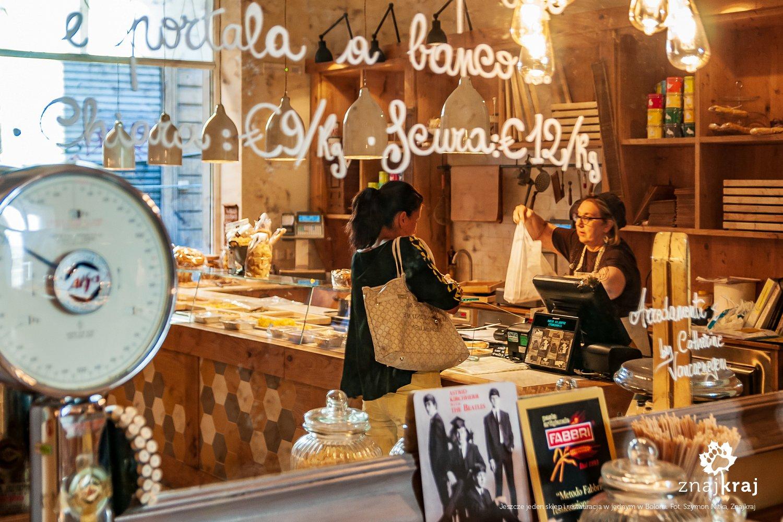 Sklep z makaronami i restauracja w jednym w Bolonii