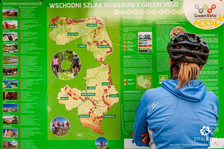 Przed tablicą z mapą szlaku Green Velo