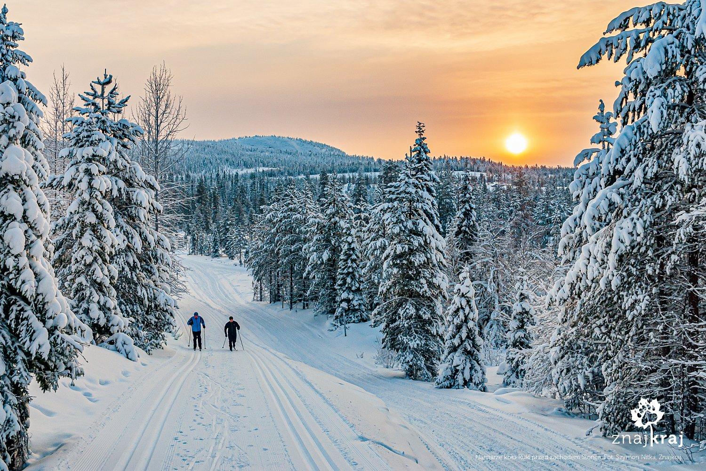 Narciarze biegowi koło Ruki przed zachodem Słońca