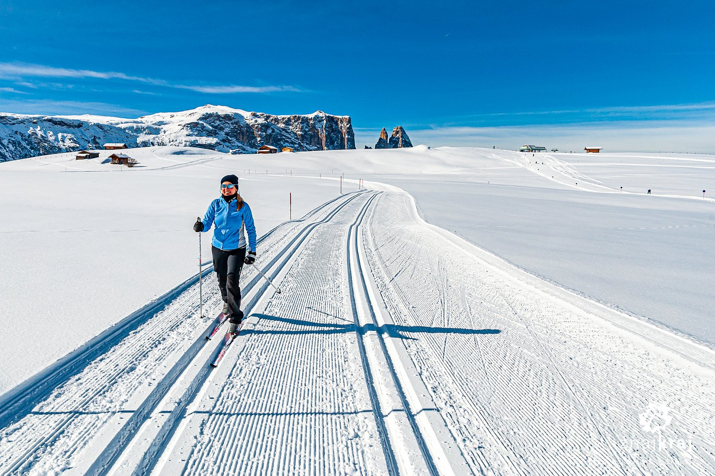 Na biegówkach na Alpe di Siusi - w tle Sciliar