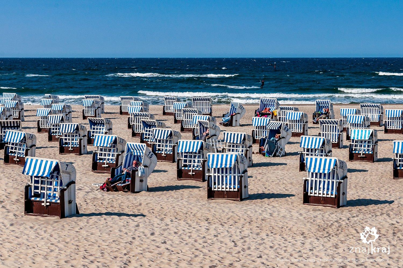Wiklinowe kosze plażowe na bałtyckiej plaży