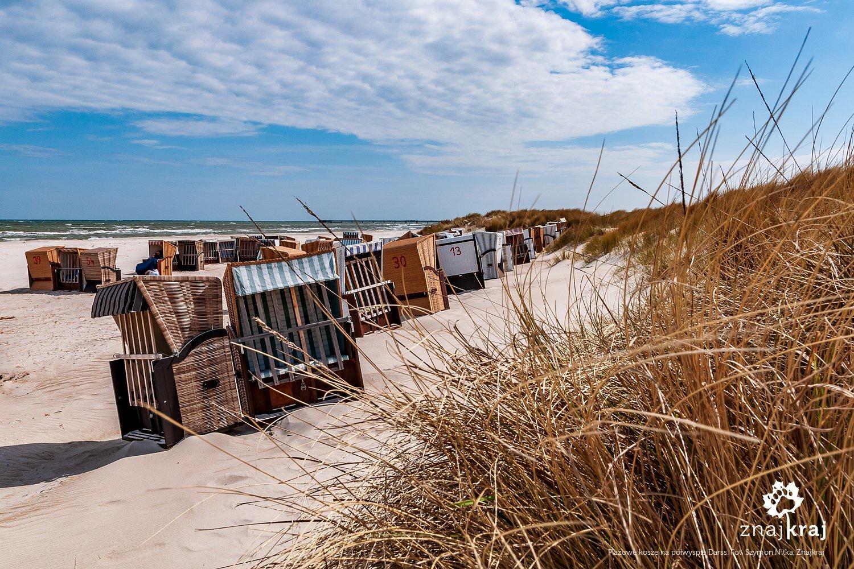 Kosze plażowe na bałtyckiej plaży na półwyspie Darss