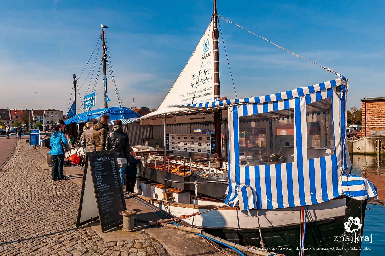 Sklep rybny na kutrze w Wismarze