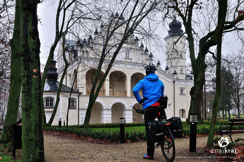 Przed pięknym pałacem w Poddębicach
