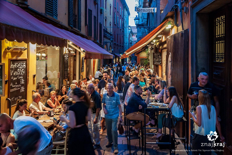 Gwarny wieczór na uliczkach Bolonii