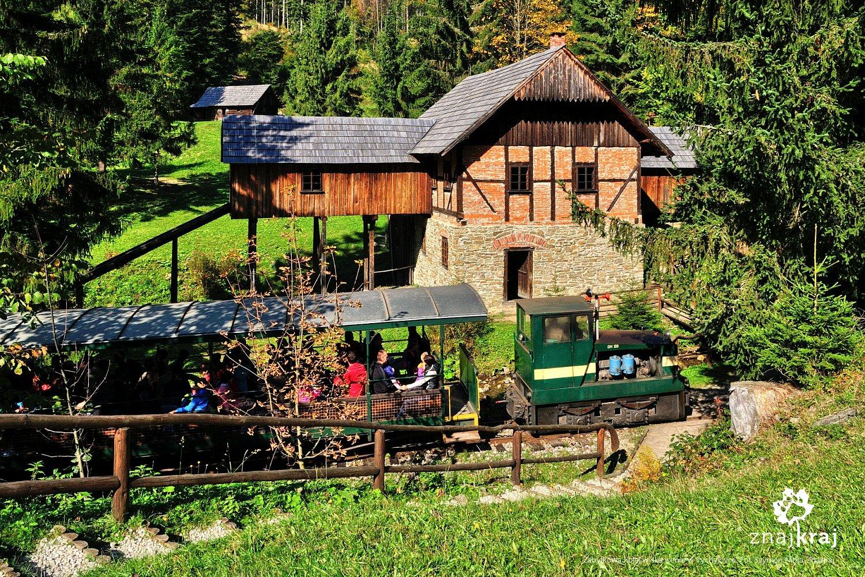 Zabytkowa kolej w skansenie w Vychylovce
