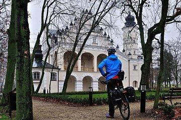 Przed pałacem w Poddębicach