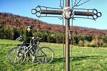 Przy krzyżu w dolinie Bielicznej
