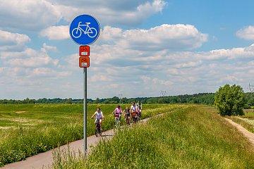 Rodzina na rowerach na wiślanej trasie